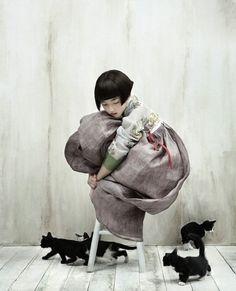 Kim Kyung Soo for Vogue Korea. One of my alltime fave child and cats photo!Kim Kyung Soo for Vogue Korea. One of my alltime fave child and cats photo! Vogue Korea, Vogue Japan, Korean Hanbok, Korean Dress, Illustration, Belle Photo, Full Moon, Traditional Outfits, Korean Traditional Dress