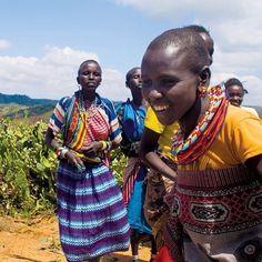 In der trockenen Laikipia Region im Norden von Kenia helfen Gelder aus dem SLush Fund Maasai Frauen durch den Anbau von Aloe nach dem Permakultur-Konzept eine nachhaltige Zukunft zu gestalten. Die frischen Aloe Blätter, die für den Charity Pot verwendet werden, kommen von diesem Projekt. Einen Link zum Video über dieses Projekt findet ihr im Profil  Body Lotion, Videos, Trends, Lush, Charity, Photo And Video, Couple Photos, Couples, Instagram