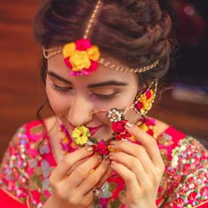 Wearing flower jewellery for Mehndi is all the rage these days. A rage we all are surely thankful for. It looks elegant and earthy. They are one reason that makes Mehndi an exciting event. Here's how to pair your outfits with flower jewellery. Indian Bridal Fashion, Indian Wedding Jewelry, Bridal Jewelry, Indian Weddings, Flower Jewellery For Mehndi, Flower Jewelry, Haldi Ceremony, Wedding Ceremony, Wedding Bells