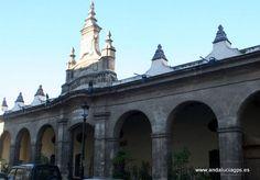 """#Cádiz #El Puerto de Santa María - Antigua Lonja GPS 36.595278, -6.225833 También llamada Pescadería Vieja, presenta una amplia fachada en piedra formada por arcos de medio punto del que destaca el central rematado en su parte superior por un motivo heráldico. Conocida popularmente como El Resbaladero, data del siglo XVIII. Durante la década de los 80 hasta la actualidad ha servido para diversos fines como restaurante o, hasta el día de hoy, pub-discoteca. También es llamada """"Pescadería…"""