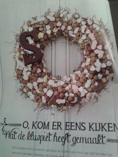 Met die aan de deur voor 5 december! Christmas Love, Christmas Wreaths, Thema Deco, Childrens Holidays, Kids Singing, Birthday Celebration, Burlap Wreath, December, Seasons