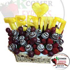 Fresas con chocolate. Texto Te amo formado con piña