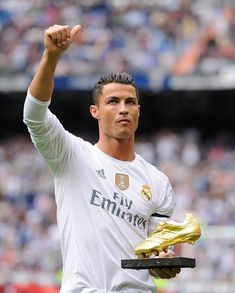 Cristiano Ronaldo of Real Madrid salutes with his Golden Shoe award during the La Liga match between Real Madrid CF and Levante UD at estadio Santiago Bernabeu on October 2015 in Madrid, Spain. Real Madrid Club, Real Madrid Players, Ronaldo Pictures, Real Madrid Pictures, Portugal National Football Team, Ronaldo Quotes, Cristiano Ronaldo Juventus, Ronaldo Real Madrid, Soccer Players