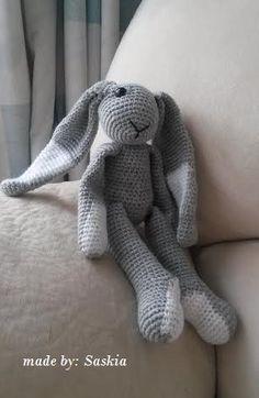 Patroon Konijn Suusje Crochet Bunny, Crochet For Kids, Diy Crochet, Crochet Dolls, Knitted Stuffed Animals, Baby Stuffed Animals, Knitted Animals, Baby Knitting Patterns, Amigurumi