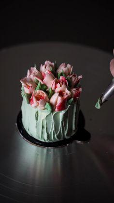 Cupcake Decorating Tips, Cake Decorating Frosting, Cake Decorating Designs, Cake Decorating Techniques, Cake Designs, Russian Cake Decorating Tips, Mini Cakes, Cupcake Cakes, Cupcakes