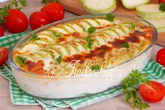 Шаг 9. Подаем нашу кабачковую запеканку горячей со свежими овощами, зеленью