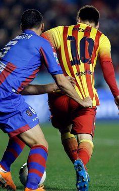El delantero argentino del FC Barcelona, Leo Messi, se escapa del griego Loukas Vyntra