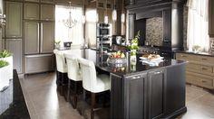 Les détails luxueux s'accumulent dans cette cuisine à caractère intemporel. | Photo: Yves Lefebvre #deco #cuisine