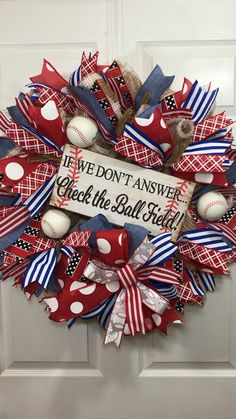 Baseball Wreath - Let's play ball! Here's a fun way to show your love of baseball! This adorable wreath would loo - Baseball Wreaths, Sports Wreaths, Football Wreath, Baseball Crafts, Baseball Boys, Baseball Players, Softball, Summer Door Wreaths, Holiday Wreaths