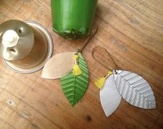 Pair of earrings mounted on a bronze rod. Capsule Nespresso capsule, green and pink, trimmed with a mini pink tassel. Food Truck Design, Pumpkin Spice Coffee, Cappuccino Machine, Coffee Truck, Small Gift Boxes, Bijoux Diy, Upcycle, Projects To Try, Organization Ideas