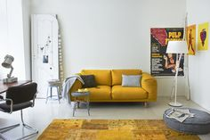 Met een gele bank en een gemêleerd geel vloerkleed in één ruimte maak je een warm en opvallend gebaar.