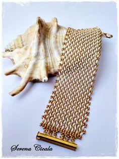 Bracciale interamente realizzato a mano con tecnica di tessitura di perline.