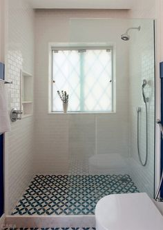 salle-de-bain-carrelage-motif-vinatge-bleu-et-blanc. House Bathroom, Bathroom Inspiration, Bathroom Interior, Small Bathroom, Remodel, Laundry In Bathroom, Bathroom Decor, Window In Shower, Tile Bathroom