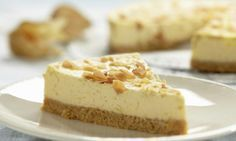 Forget gingerbread men recipes, this gingerbread cheesecake just became your new best friend at Christmas! This easy dessert recipe is loaded with the rich and creamy flavor you love about cheesecake, but it's got a seasonal twist! Banoffee Cheesecake, Cheesecake Day, Pumpkin Cheesecake, Köstliche Desserts, Dessert Recipes, Rudolph's Bakery, Graham Cracker Cake, Gingerbread Cheesecake, Dessert Simple