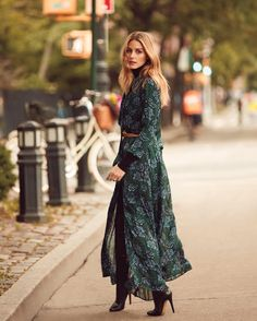 Black satin floral maxi dress with a front slit features a powerful feminine look. Presented in sumptuous satin against black background, this floral dress will be your most elegantly assertive piece. Shop Black Floral Maxi Dress at She Is Rebel. Vestido Maxi Floral, Blue Floral Maxi Dress, Green Dress, Dress Black, Black Maxi, Estilo Olivia Palermo, Olivia Palermo Style, Olivia Palermo 2017, Mode Outfits
