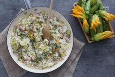 La one-pot di riso è un piatto unico ricco e sostanzioso realizzato con zucchine e fiori di zucca, perfetto per i menu primaverili!