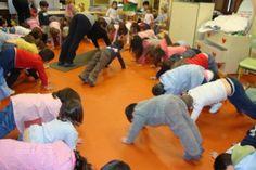 INFANTIL sesión de yoga:La India Infants, Dinosaur Stuffed Animal, Mindfulness, Yoga, Jules Verne, Toddler Yoga, Indian People, Emotional Intelligence, Continents