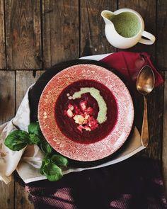 Zupa z pieczonych buraków, z siekanymi ziemniakami i śmietaną bazyliową – White Plate