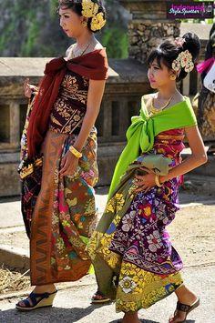 Hip colourfull girls in Batik* Traditional Fabric, Traditional Dresses, Couture Fashion, Fashion Beauty, Fashion Fashion, Indonesian Kebaya, Batik Fashion, Batik Pattern, Textiles