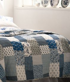 Bedspread with a printed patchwork pattern and solid colour on the back, by H Home - Perfect voor het logeerbed Denim Patchwork, Patchwork Patterns, Bedspreads, Comforters, H & M Home, Recycled Denim, Cushions, Pillows, Diy Projects To Try