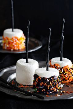 Halloween Marshmallow Pops. Perfect Halloween treat for your Halloween Party!