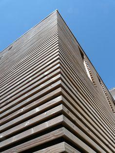 Cette maison de ville du début du XXe siècle avait été transformée en 2 appartements dans les années 70. Le programme consiste à retrouver l'âme de la maison et à relooker l'extension sur le jardin. Les parquets sont rénovés, les murs en pierre dévoilés, les plaques de marbre remplacées par de vieux carreaux de ciment. Sur la partie années 70, les fenêtres sont redessinées et un bardage bois à claire-voie habille le volume, permettant d'affirmer une façade contemporaine sur jardin. St Malo, Construction, Architecture, Facade, Skyscraper, Multi Story Building, Photos, Cement, Terraced House