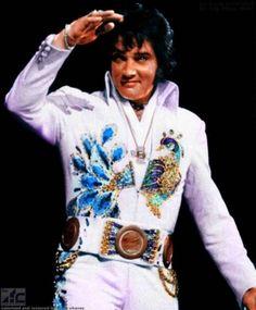elvis presley in his peacock suit Elvis Presley Concerts, King Elvis Presley, Elvis In Concert, Elvis Lyrics, Lisa Marie Presley, Pulp Fiction, Rock And Roll, Mississippi, Elvis Costume