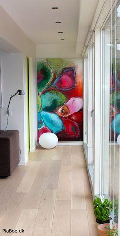 Et stort maleri med flotte farver af Pia Boe