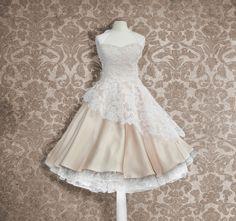 Sie suchen ein besonderes Brautkleid? Eines, dass das Feeling der 50er so richtig aufleben läßt. Das wunderschöne Brautkleid wird mit einer wertvollen sehr teuren Alencon-Spitze verarbeitet, welche...