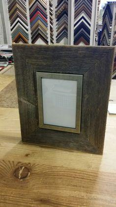 Sain pienen erän vanhaa harmaata ladonseinälautaa. Voin tehdä niistä todella yksilöllisiä kehyksiä esim. yhdistämällä lautaa tehdastekoisiin listoihin. Tule niin suunnitellaan sinulle omasi.  Wanhan Villan Taide #wanhanvillantaide