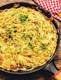 Spaghetti alla Carbonara is the best meal on a busy-weeknight. It is indulgent, yet fast and simple. A tasty carbonara sauce with Parmesan cheese, bacon and pasta. Bacon Recipes, Easy Chicken Recipes, Crockpot Recipes, Bourguignon Recipe, Mushroom Bourguignon, Roasted Mediterranean Vegetables, Easy Shrimp Scampi, Crockpot Chicken And Dumplings, Vegan Stew