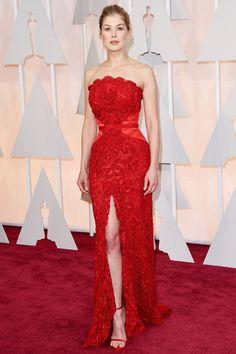 Oscars 2015: Rosamund Pike con vestido rojo palabra de honor de Givenchy.