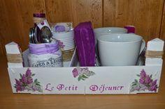 Caja de Fresas reciclada como bandeja de desayuno, con todos sus accesorios Decoupage, Ideas Para Fiestas, Chalk Paint, Diy Tutorial, Painting, Mugs, Cool Stuff, Tableware, Crafts