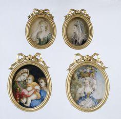 Anonymous | Schilderij met voorstelling van een meisje met bloemenmand, Anonymous, c. 1850 - c. 1899 | Schilderij met voorstelling van een meisje met bloemenmand, op ivoor. Het meisje is gekleed in een blauwe japon met rijglijf (geel lint), wit schort en witte mouwen en een witte hoofddoek op grijsblond haar. In de mand veelkleurige bloemen. Rechts op de achtergrond een wolkenlucht boven grond, links struikgewas. Gevat in een ovale lijst van metaal in neo-klassicistische stijl met parel- en…
