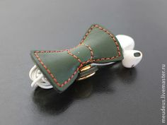 """Для телефонов ручной работы. Ярмарка Мастеров - ручная работа Чехол для наушников """"Зеленый бантик"""" держатель для шнура. Handmade."""