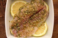 Hoje tem uma receita de preparo super simples, mas que deixa o peixe com um aroma e sabor super especial. A manteiga com ervas confere o tom dourado, mantém a umidade e deixa a receita muito saborosa, já a cama...