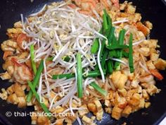 Für Pad Thai braucht man Schnittlauch und Mung Sprossen Thai Recipes, Noodles, Cooking, Food, Pad Thai Recipes, Sprouts, Food Food, Macaroni, Kitchen