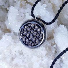 Pandantivul orgonit este alcătuit din: diamant Herkimer, onix, obsidian, serafinit, labradorit, ametist, turmalină neagră, alamă, cupru, medalion argintiureprezentând Floarea Vieții, un puternic simbolul al geometriei sacre, întâlnit din cele mai vechi timpuri în diferite culturi din întreaga