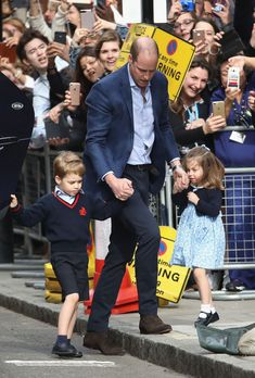 Prince William Duke of Cambridge arrives with Prince George and Princess Charlotte at the Lindo Wing after Catherine, Duchess of Cambridge gave birth to new born Prince Louis Prince Georges, Prince George Alexander Louis, Kate Middleton Family, Kate Middleton Prince William, Prince William Family, Prince William And Catherine, Princesa Charlotte, Princesa Diana, George Of Cambridge