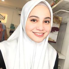 Pin Image by American Joss Simple Hijab, Girl Hijab, Muslim Girls, Beautiful Hijab, Pin Image, Hijab Fashion, Asian Beauty, Celebrities, Islamic