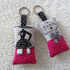"""Duo de porte-clés """"la parisienne"""" N°2 rétro chic en gris et fuchsia : Porte clés par nymeria-creation"""