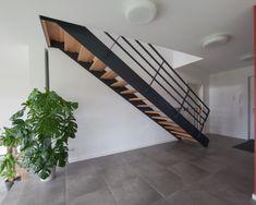 Schöne Stahltreppe mit Flacheisengeländer
