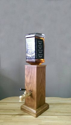 Dispenser for beverages made of wood , Whiskey Dispenser, Alcohol Dispenser, Woodworking Projects That Sell, Wine Bottle Holders, Bottle Crafts, Bars For Home, Wood Projects, Decoration, Beverages