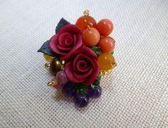 ☆薔薇はポリマークレイ(オーブンで熱すると硬化するクレイ)で花びら1枚から作成しております。☆赤い薔薇に天然石を組み合わせたブローチです。 収穫の秋・・・とい...|ハンドメイド、手作り、手仕事品の通販・販売・購入ならCreema。