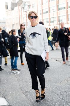 Eye sweatshirt + black pants + black sandals