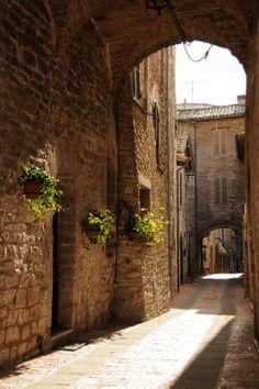 Asís Italia - donde vimos a un hombre joven cantar mientras caminaba por la calle. Lugar muy espiritual.