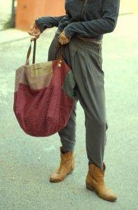 Sac cabas réversible en maille de laine et toile teintes Intérieur toile de coton teintes avec 2 grandes poches mesure H : 55cm L 75 cm anses en cuir naturel.