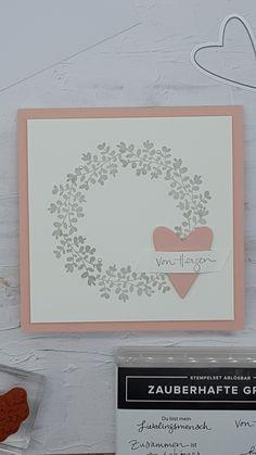 """Dieses Mal habe ich mal wieder eine quadratische Karte gewerkelt. Die Grundfarbe ist kirschblüte. Den kleinen Kranz habe ich mit einem Blätterzweig aus dem Set ,,Zauberhafte Grüsse"""" in granit aufgestempelt. Ein paar Perlen dazu, ein Herzchen aus dem Set ,,Bestickte Herzen"""" und der Spruch stammt ebenfalls aus den zauberhaften Grüssen"""".  Ich mag ja Kränzchen super gerne! Wie ist es mit Euch? Super, Frame, Home Decor, Basic Colors, Branches, Granite Counters, Couple, Beads, Creative"""