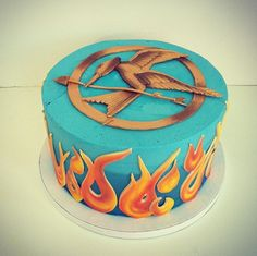 Children's Birthday Cake Ummmm I am not sure a Hunger Games themed kids party is a real good idea.but beautiful cake Hunger Games Party, Hunger Games Cake, Hunger Games Trilogy, Beautiful Cakes, Amazing Cakes, Tribute Von Panem, Cute Cakes, Mockingjay, Cupcake Cookies