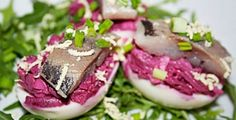 Eggs stuffed with beetroot, cheese and herring Beetroot, Tuna, Food And Drink, Eggs, Yummy Food, Healthy Recipes, Cheese, Fish, Snacks
